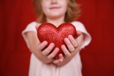 little-girl-holding-heart2